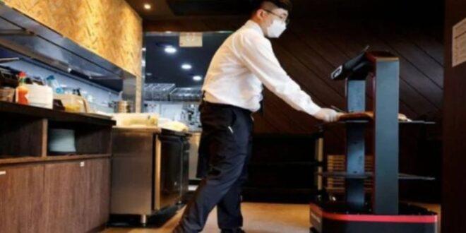 Robot atiende a clientes en restaurante de Seúl