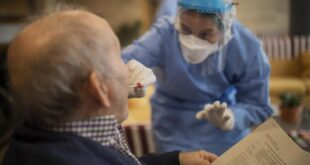 Programa de pruebas de Covid utiliza inteligencia artificial para maximizar los recursos limitados en la vida de los adultos mayores